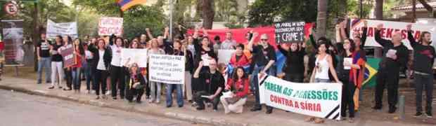 Ato de Justiça e Paz leva mais de 100 pessoas à porta do consulado turco