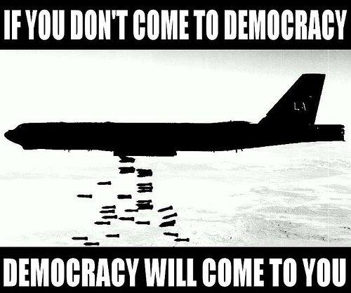 """Um dos vários """"memes"""" na Internet ironizando os EUA e seus projetos democráticos. Neste: """"Você não vai à democracia, a democracia vem até você"""""""