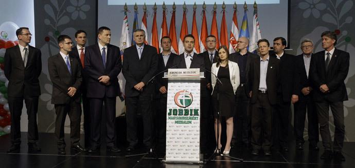 Presidente do partido de extrema direita JOBBIK [melhor] Gabor Vona (C) reage ao resultado da eleição parlamentar com membros do seu partido  em Budapeste , em 6 de abril de 2014. (AFP / Peter Kohalmi)