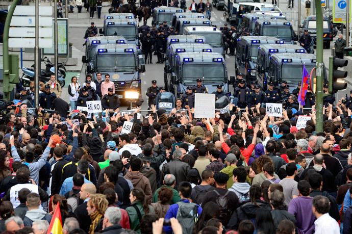 Mil pessoas se reúnem em frente a bloqueio na rua que leva ao parlamento da Espanha (Las Cortes) durante uma manifestação antigovernamental em Madrid (AFP / Javier Soriano)