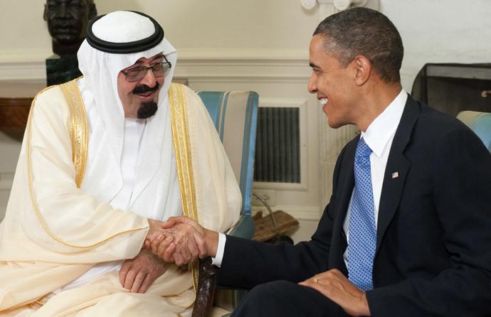 Presidente dos EUA, Barack Obama aperta a mão do rei Abdullah bin Abdulaziz Al Saud, da Arábia Saudita (AFP / Saul Loeb)