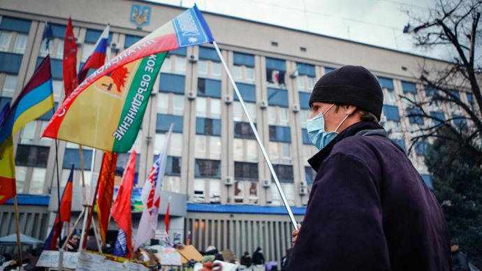 Manifestante antigoverno agita bandeira em frente ao escritório ocupado do serviço de segurança do Estado SBU em Luhansk, leste a Ucrânia 14 abril de 2014. (Reuters / Shamil Zhumatov)