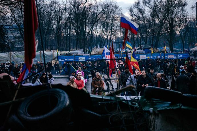 Ativistas pró-Rússia se reúnem em frente ao prédio do serviço secreto na cidade ucraniana oriental de Lugansk em 14 de abril de 2014. (AFP / Dimitar Dilkoff)