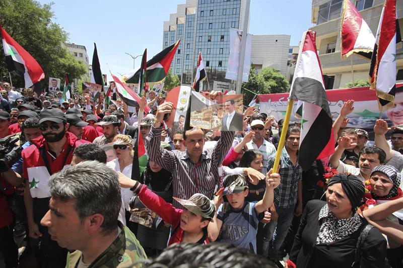 Simpatizantes do presidente sírio, Bachar al Asad, participam de uma manifestação de apoio convocada em Damasco (Agência Efe)
