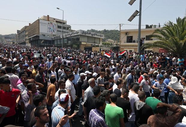 Sírios que vivem no Líbano se reúnem em frente à embaixada do país em Yarze, ao leste de Beirute, para votar nas eleições presidenciais sírias (Foto: Bilal Hussein/AP)