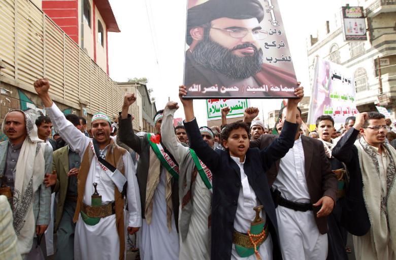 Manifestantes pró-Palestina, exibindo retrato do líder do Hezbollah Hassan Nasrallah, gritam slogans durante protesto contra a campanha de terror israelense na faixa de Gaza, em 18/7/2014, na capital do Iêmen - Sanaa (foto: AFP - Mohammed Huwais)