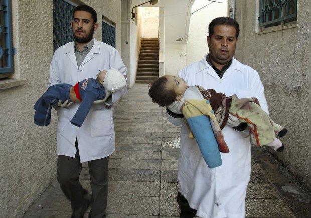Doutores_palestinos_carregam_criancas_Gaza_05-01